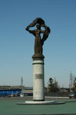 Памятник пионерам освоения Уренгоя